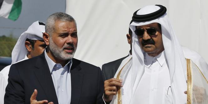 Le premier ministre du Hamas Ismail Haniyeh et l'émir du Qatar Hamad ben Khalifa Al-Thani, à Gaza, mardi 23 octobre 2012.