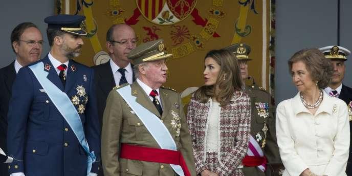 Le roi d'Espagne Juan Carlos (au centre), entouré de son fils le prince Felipe, de sa belle-fille et de la reine Sofia, le 12 octobre à Madrid.