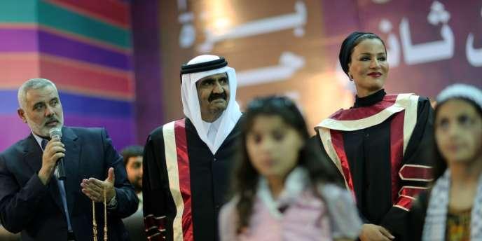 L'émir du Qatar et son épouse avec le chef du gouvernement du Hamas, Ismaël Haniyeh, le 23 octobre.
