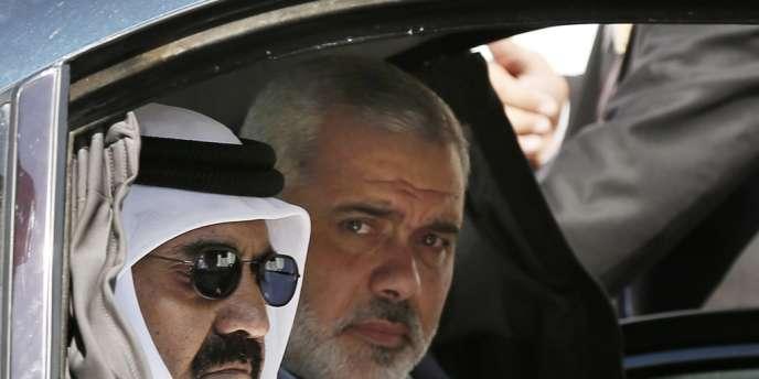 L'émir du Qatar, le cheikh Hamad Ben Khalifa Al-Thani, et le chef du gouvernement du Hamas, Ismaël Haniyeh, dans le sud de Gaza, mardi 23 octobre.