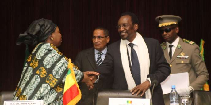 La présidente de l'Union africaine, Nkosazana Dlamini-Zuma, et le président malien Dioncounda Traoré, le 19 octobre à Bamako.