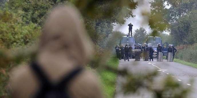Un opposant fait face aux gendarmes sur le site du futur aéroport de Notre-Dame-des-Landes, le 24 octobre.