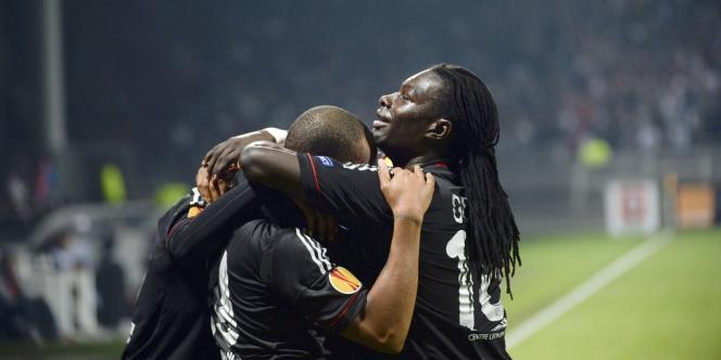 Batefimbi Gomis (à droite) félicite Jimmy Briand après son but qui offre la victoire à Lyon contre Bilbao.