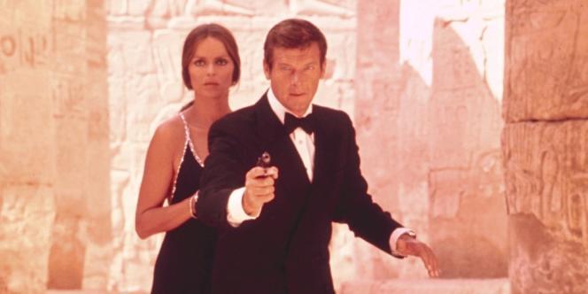 Barbara Bach et Roger Moore en James Bond dans