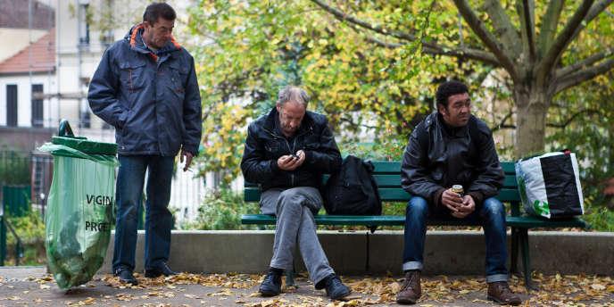 De gauche à droite : Jean-Marc, Eric et Thierry, trois personnes sans domicile fixe, dans un square du 13e arrondissement de Paris.