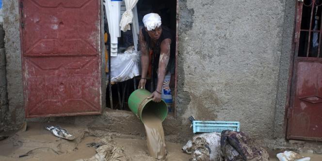 Une habitante de Port-au-Prince nettoie sa maison après les inondations qui ont touché Haïti, lors du passage de l'ouragan Sandy, le 25 octobre.