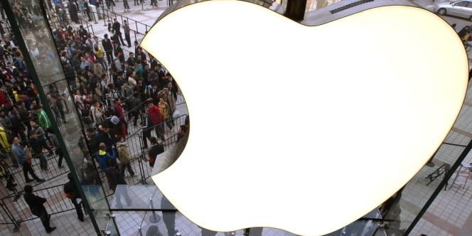 Apple, qui avait habitué le marché à dépasser largement ses attentes, les a cette fois-ci franchement déçues, avec un bénéfice courant par action trimestriel inférieur de 14 cents à la prévision moyenne des analystes, à 8,67 cents.