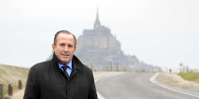 Le maire du Mont-Saint-Michel, Eric Vannier, est soupçonné d'avoir voulu rapprocher l'arrêt des navettes touristiques de ses restaurants.