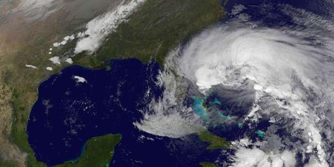 L'ouragan Sandy se dirige vers les côtes américaines après avoir frappé les Caraïbes.