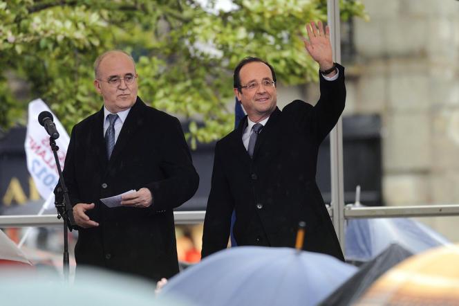 Le maire de Quimper, Bernard Poignant, et François Hollande, le 23 avril 2012 à Quimper.