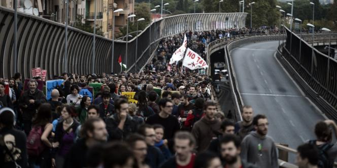 Plusieurs dizaines de milliers de manifestants ont défilé, samedi 27 octobre, à Rome.