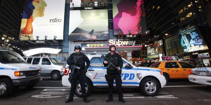 New York City Police officers stand guard outside the Times Square Subway station after the trains had been shut down New York, October 28, 2012. Authorities shut transit systems and ordered some evacuations as tens of millions of people on the East Coast braced for Hurricane Sandy, a gigantic storm forecast to deliver battering winds, dangerous flooding and even heavy snowfall.  REUTERS/Brendan McDermid (UNITED STATES - Tags: DISASTER ENVIRONMENT TPX IMAGES OF THE DAY)