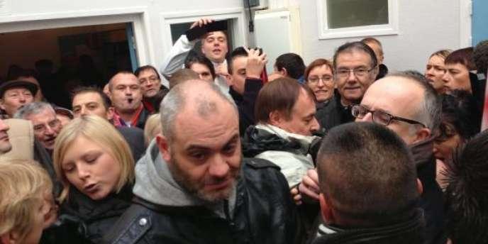 Entre 150 et 200 personnes ont défilé le 27 octobre à Hellemmes (Nord) contre l'installation d'un village d'insertion pour les Roms.