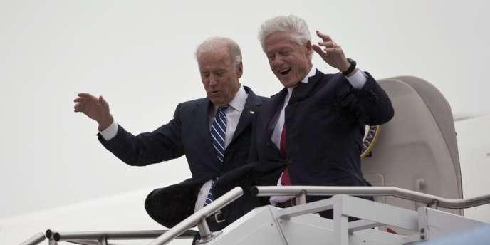 Joe Biden et Bill Clinton lors de leur arrivée à Youngstown, dans l'Ohio, pour un meeting de la campagne de Barack Obama.
