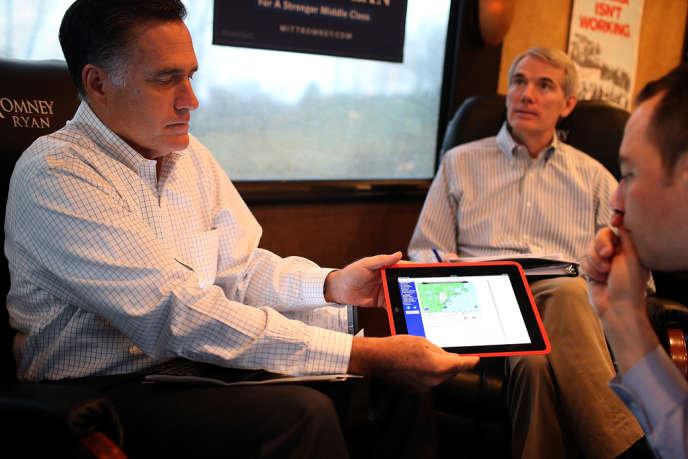Mitt Romney montre à Reince Priebus, le président du Parti républicain, une image de l'ouragan Sandy, le 29 octobre, à Avon Lake, dans l'Ohio.