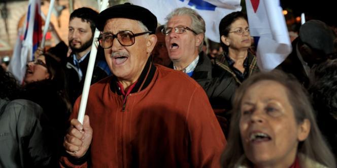 En Grèce, l'âge de la retraite passerait de 65 à 67 ans, et les salaires et pensions baisseraient - ici, une manifestation contre les mesures d'austérité prises par le gouvernement, le 11 novembre 2011 à Athènes.