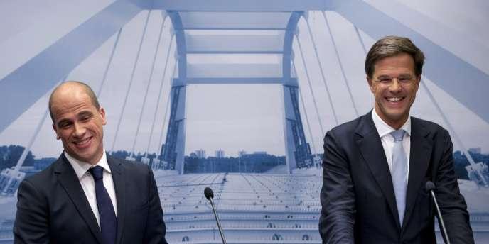 Le premier ministre néerlandais (à droite), Mark Rutte, et le chef de file des sociaux-démocrates Diederik Samsom, à la Haye, le 29 octobre 2013.