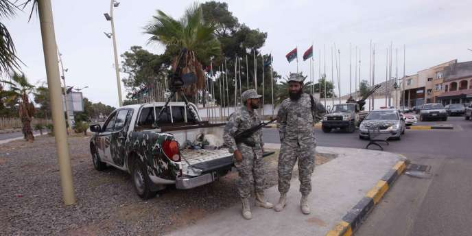Des membres des forces de sécurité libyennes surveillent les bureaux du Congrès général national à Tripoli, le 31 octobre 2012.