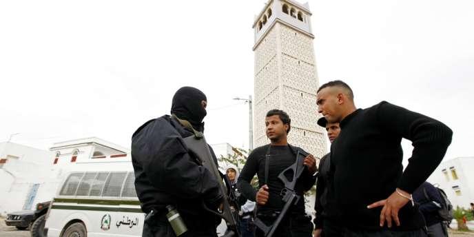 Des policiers devant la mosquée du quartier de Manouba, à Tunis, mercredi 31 octobre.