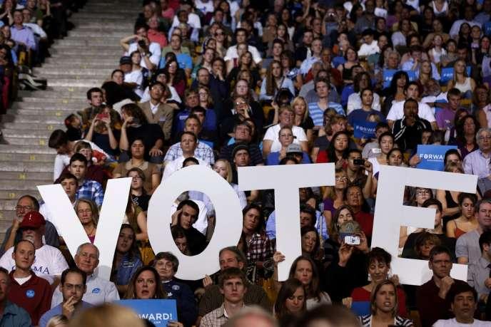 Des partisans du président Obama, à Boulder dans le Colorado, tenant un panneau appelant à voter, le 1 novembre 2012.
