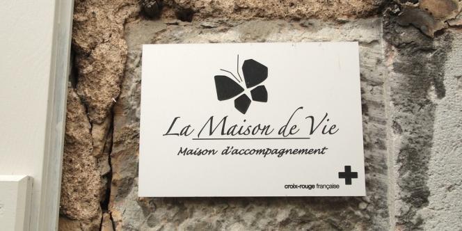 La plaque signalant l'entrée de la Maison de vie.