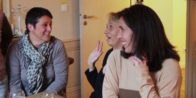 Pour l'équipe et les résidents, les moments collectifs sont l'occasion de beaux moments de complicité (à droite, la directrice de la maison, Laure Hubidos).