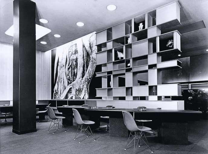 La bibliothèque Nuage réalisée par Charlotte Perriand en 1956 ressort chez Cassina en version limitée. Photo:Archives Charlotte Perriand/ADAGP