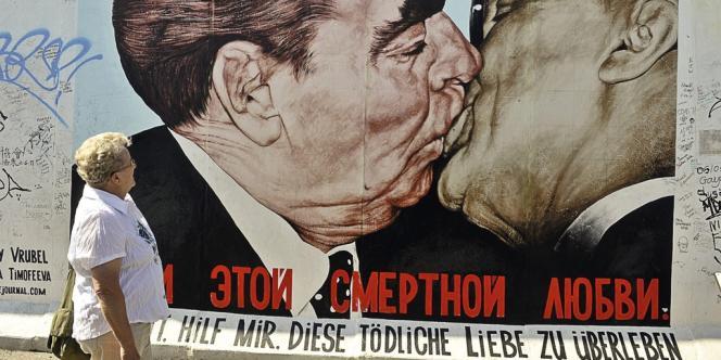 Le baiser entre Brejnev et Honecker, sur une portion préservée du mur de Berlin.