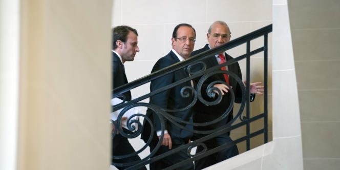 Emmanuel Macron, secrétaire général adjoint de l'Elysée,  François Hollande et Angel Gurria, secrétaire général de l'OCDE.