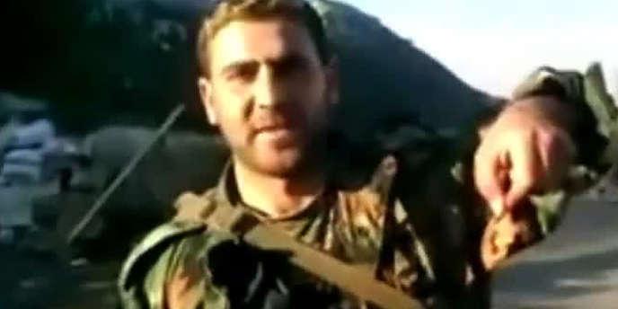 Capture d'écran de la vidéo montrant un partisan du président Bachar Al-Assad brandissant l'oreille découpée d'un cadavre.