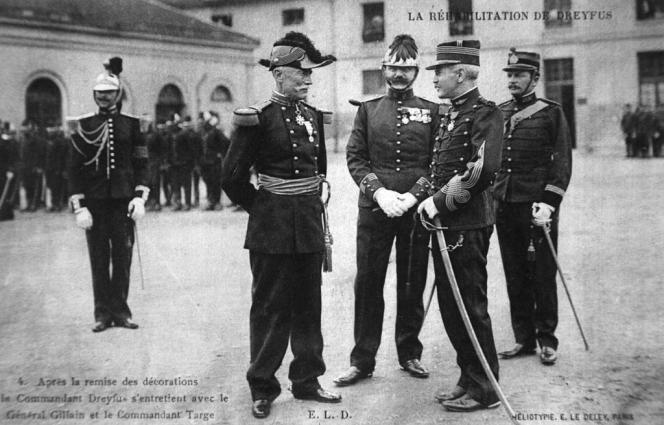 Le capitaine Alfred Dreyfus, à droite, discute avec le Général Gillain qui vient de lui remettre la légion d'honneur lors de la cérémonie célébrant sa réhabilitation, le 21 juillet 1906 dans la grande cour de l'Ecole militaire à Paris.
