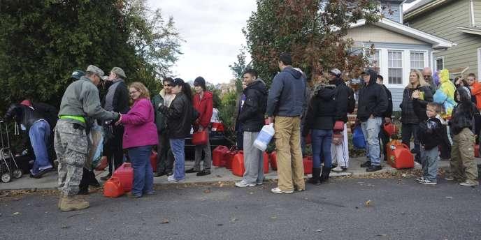 L'armée américaine distribue de l'eau aux personnes qui attendent un ravitaillement en essence, le 3 novembre, à Staten Island (Etat de New York) qui a été durement touchée par Sandy.