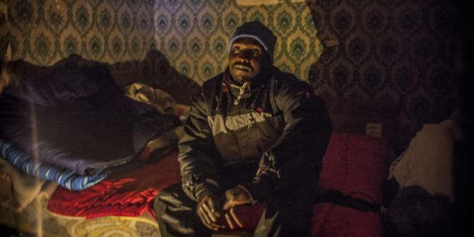 Ossman, un migrant soudanais dans la chambre de son squat.