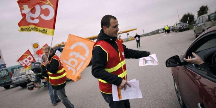 Des salariés de Petroplus de Petit-Couronne ont manifesté lundi matin sur le port de Rouen, raffinerie pour laquelle Arnaud Montebourg a anononcé avoir reçu une proposition de reprise.