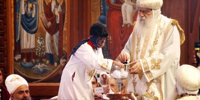 Un enfant de huit ans a tiré au sort le nom de Tawadros II comme successeur de Chenouda III à la tête de l'Eglise copte orthodoxe, le 4 novembre 2012, dans la cathédrale Saint-Marc du Caire.