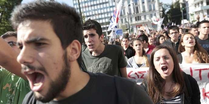 Dans la manifestation organisée par le Front des travailleurs Pame, proche des communistes, à Athènes, le 6 novembre.