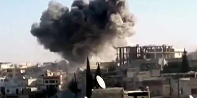 Image extraite d'une vidéo postée sur YouTube, après un raid aérien des forces syriennes sur Kfar Nubul, dans le nord-ouest de la province d'Idlib.