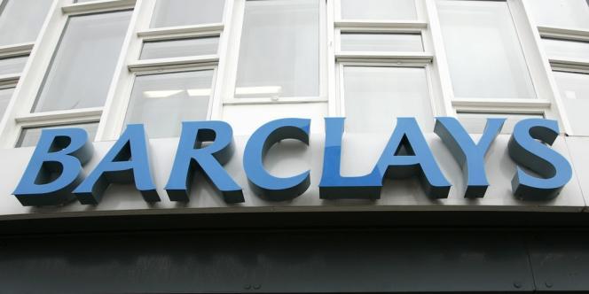 La banque britannique a annoncé simultanément un plan de suppression de 10 000 à 12 000 emplois et une hausse de 10 % de l'enveloppe des bonus de ses traders et autres cadres.