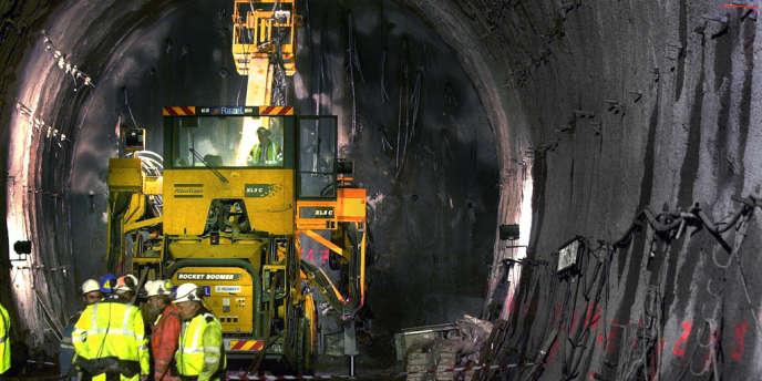 Une extrailleuse, en avril 2005 à Saint-Martin-de-la-Porte, au fond du tunnel de la descenterie du chantier du futur tunnel ferroviaire entre Lyon et Turin.