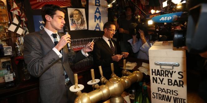 Un barman du Harry's New York Bar à Paris annonce des résultats partiels de l'élection américaine, dans la nuit du mardi 6 au mercredi 7 novembre.