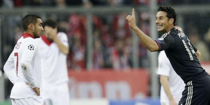 Dimitri Payet reste de marbre devant Claudio Pizarro, qui célèbre son triplé contre Lille, le 7 novembre à Munich.