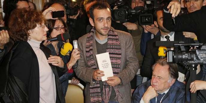 Jérôme Ferrari (au centre) lors de la remise du prix Goncourt au restaurant Drouant à Paris, le 7 novembre 2012.