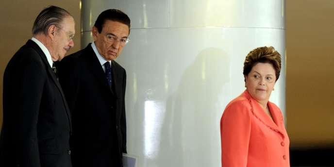 Le président du Sénat, José Sarney (g.), le ministre de l'énergie Edson Lobao (c.) et la présidente du Brésil, Dilma Rousseff (dr.).