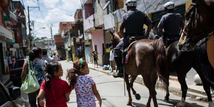 Des policiers de la police militaire patrouillent dans Paraisopolis, une favela du nord de Sao Paulo où ont lieu plusieurs assassinats, le 6 novembre.