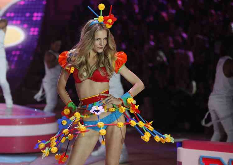 A model presents a creation during the Victoria's Secret Fashion Show in New York November 7, 2012. REUTERS/Carlo Allegri  (UNITED STATES - Tags: FASHION TPX IMAGES OF THE DAY)