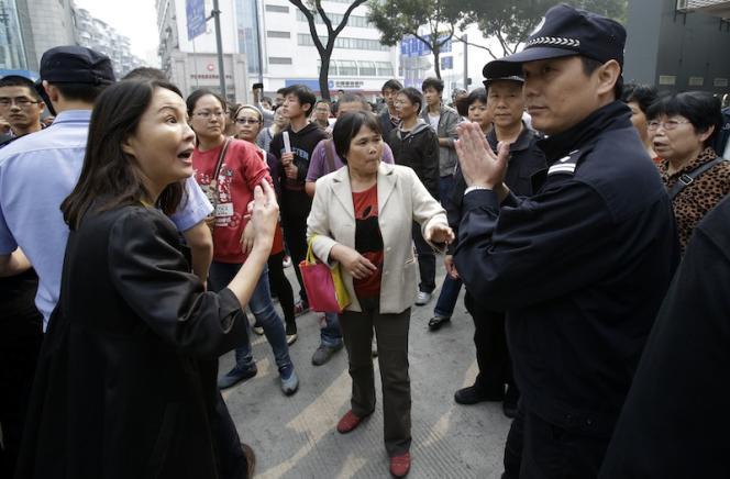 Manifestation contre l'extension d'une usine jugée polluante, à Ningbo, dans l'est de la Chine, le 28 octobre.