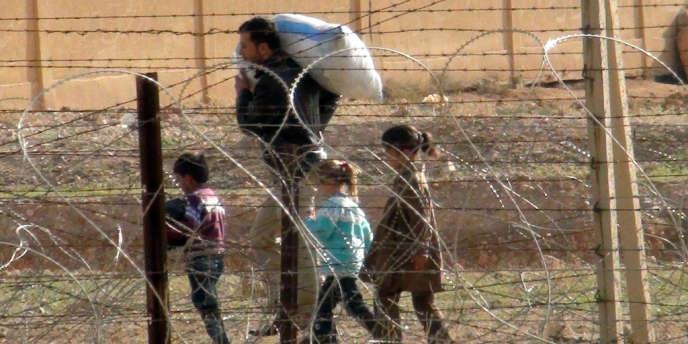 Des réfugiés syriens passent la frontière turque, le 8 novembre.