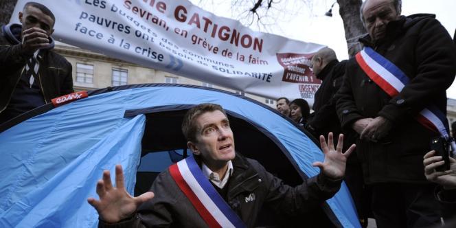 En grève de la faim depuis vendredi 9 novembre, Stéphane Gatignon, le maire écologiste de Sevran, a installé une tente devant l'Assemblée nationale.