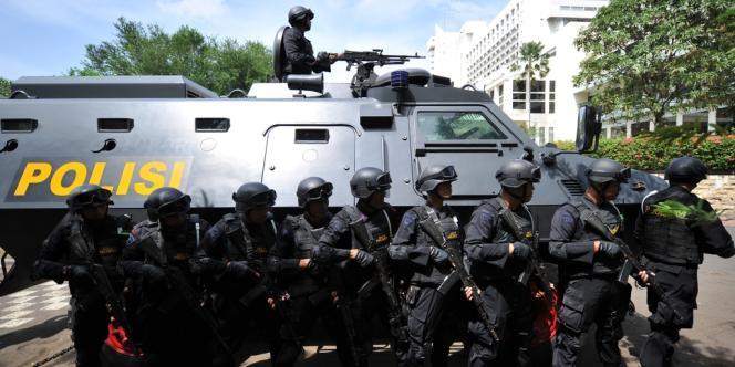 La police antiterroriste indonésienne s'apprête à lancer l'assaut contre un hôtel de Jakarta lors d'un exercice d'entraînement,  le 27 octobre 2011, avant que le pays n'accueille les 26es Jeux d'Asie du Sud-Est et le 19e sommet de l'Asean (Association des nations de l'Asie du Sud-Est), en novembre.