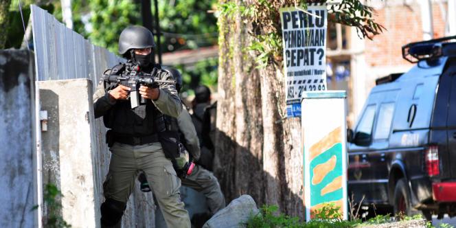 L'unité anterroriste de la police indonésienne, le Densus 88, mène une opération dans le district de Poso, sur l'île de Sulawesi, le 3 novembre 2012.